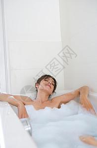 洗泡泡浴放松的女人图片