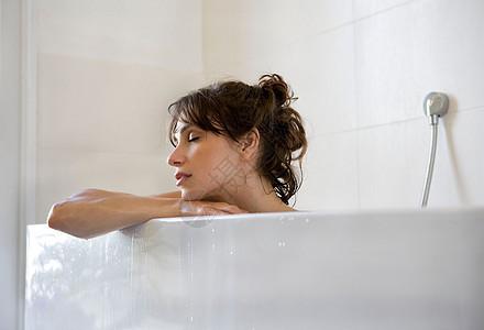 在浴缸里洗澡的女人图片