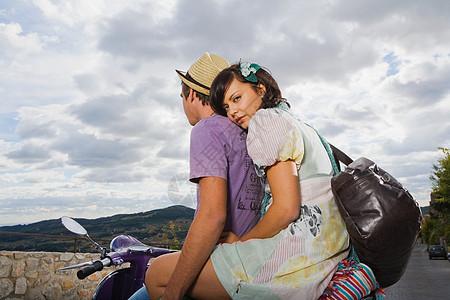 摩托车上的情侣图片