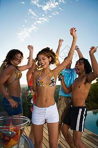 年轻人在池边的露台上跳舞图片