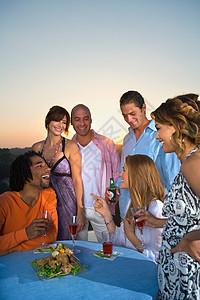 年轻人在日落时分吃晚饭图片
