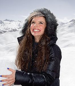 带着大雪球的年轻女子图片