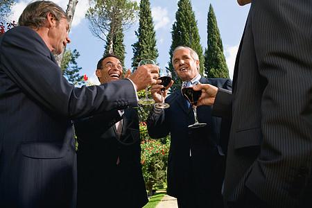 四个商人喝酒图片
