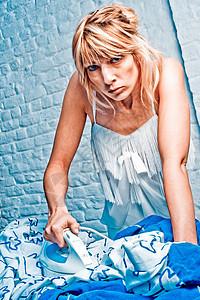 做家务的年轻女人图片