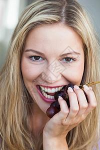 吃葡萄的年轻女子图片