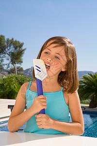 小女孩用抹刀吃奶油图片