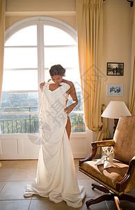 新娘举着婚纱图片