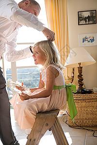 父亲为女孩梳头发图片