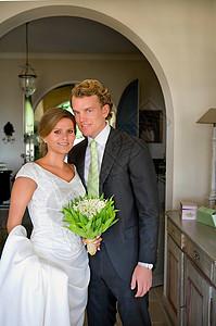 新郎新娘在家里的肖像图片