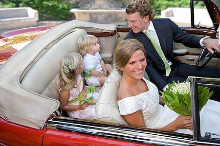 车上有孩子的婚礼夫妇图片