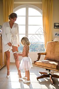 小女孩看新娘吊带图片