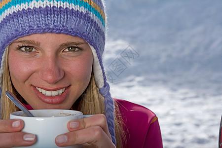 拿着茶杯的女孩图片