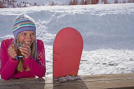 坐在滑雪板上的女孩图片