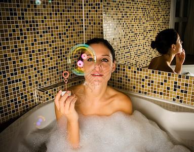 洗澡的女人看着泡泡图片