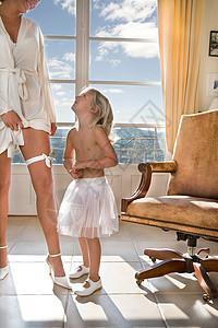 年轻的女孩和新娘穿衣打扮图片