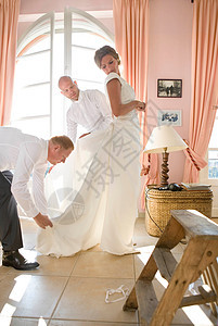 男人帮新娘穿衣服图片