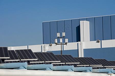 城市景观中的太阳能电池板图片