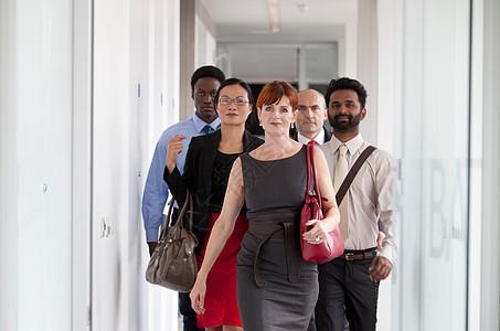 走在走廊上的商务人士图片