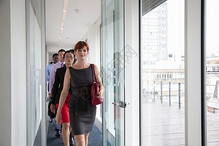 商业人士走在走廊上图片