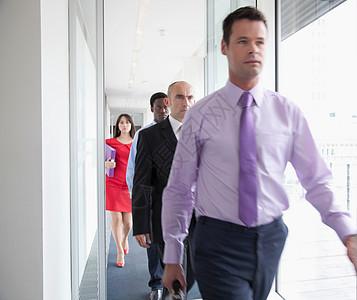 商务人士走在走廊上图片