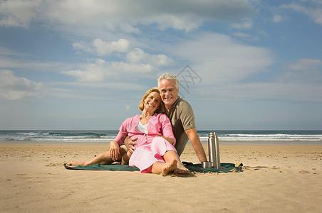 一对夫妇坐在海滩上图片