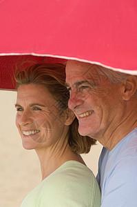 在沙滩伞下的夫妇图片
