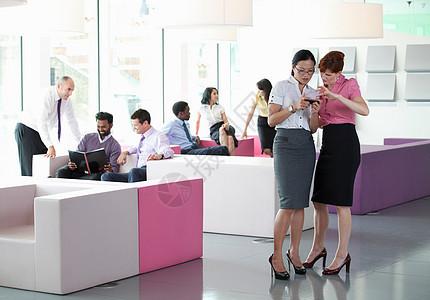 工作场所繁忙的同事图片
