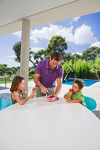 给男孩和女孩吃冰淇淋的男人图片