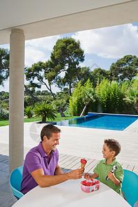 男人和男孩吃冰淇淋图片