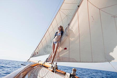 靠在船帆上的女人图片
