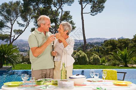 男人和女人在池边喝酒图片