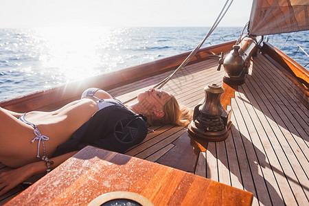躺在甲板上的女人闭上眼睛图片