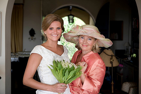 母亲和新娘肖像图片