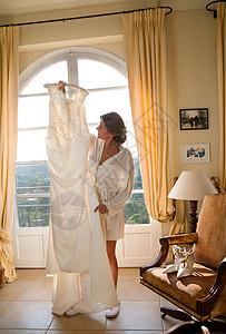 新娘举起婚纱图片