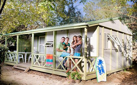 集体在露台小屋吃零食图片
