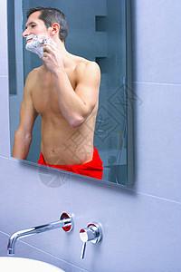 男人在镜子前刮胡子图片