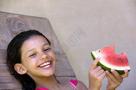 微笑的女孩吃西瓜图片