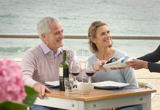 夫妇在海边餐厅用餐图片