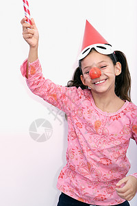 玩吹管的微笑女孩图片