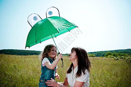 玩伞的女人和女孩图片