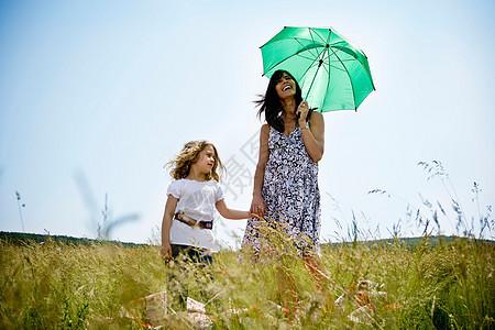 带女儿拿伞的女人图片