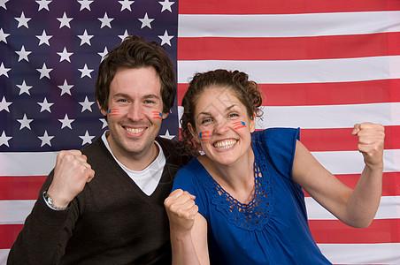 坐在美国国旗前微笑的夫妇图片