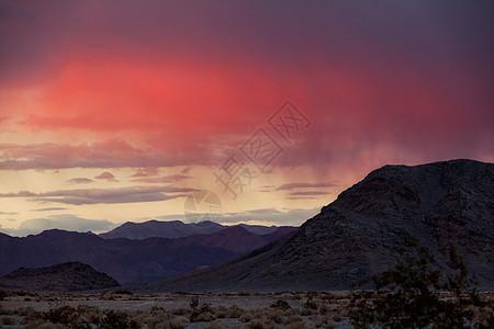 干旱沙漠中的山脉景观图片