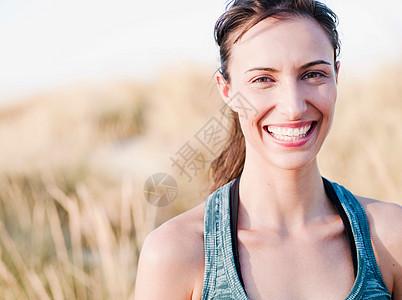 对观众微笑的女人图片
