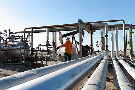 油田调整管道的工人图片