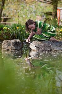 池塘边的小女孩图片