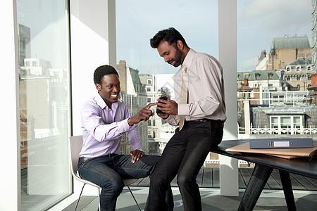两个男人在讨论移动电话图片