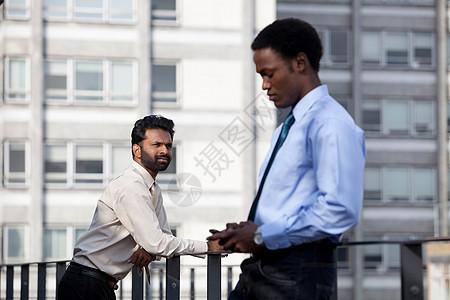 两个商人上班前思考图片