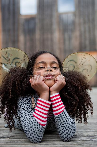 小女孩把头靠在手上图片