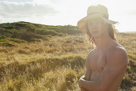 赤裸上身的年轻男人的肖像图片